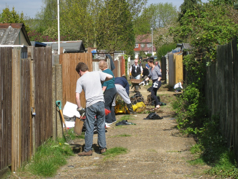 Residents Clear Sunray Service Road (2/2)
